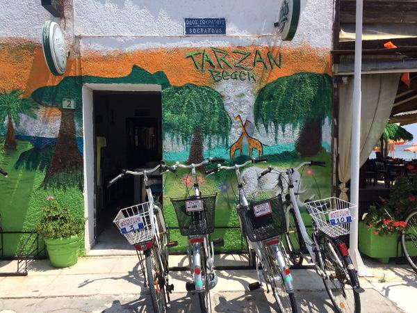 Fahrräder vor der Tarzan Beach Bar (Kos-Stadt / Lambi)