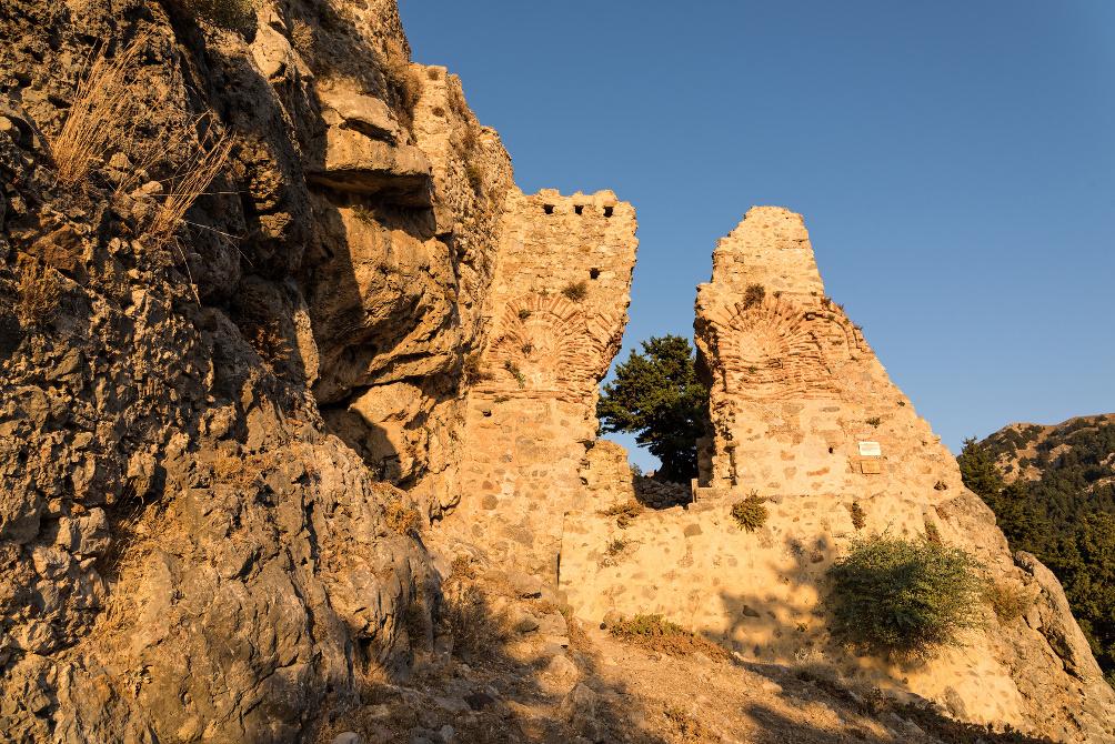 Die Mauern der Burg in Paleo Pyli im Sonnenuntergang