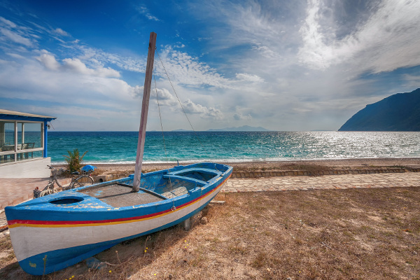 Fischerboot am Kamari Beach